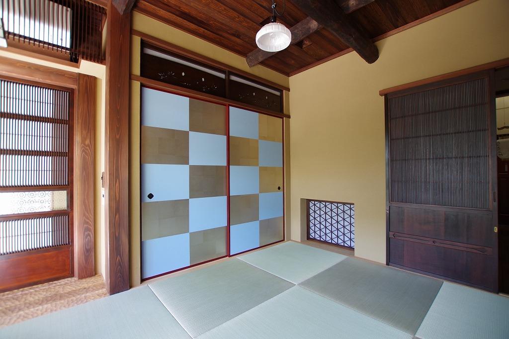 古建具に新規の襖と畳、市松がうつくしい