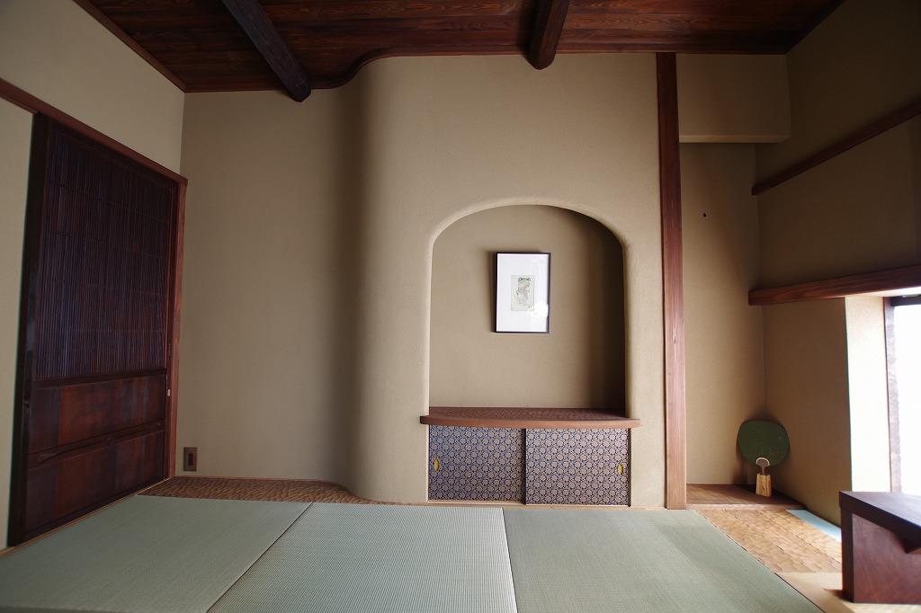 R壁にニッチ、天板は桂にナグリ加工。