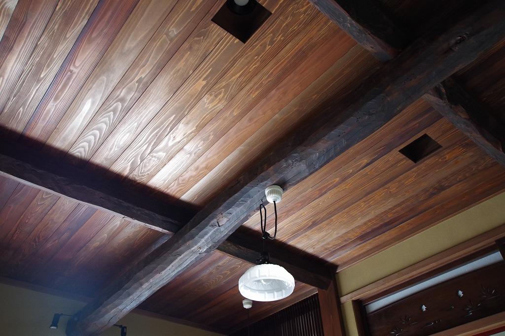 古材梁に天竜杉の天井板。