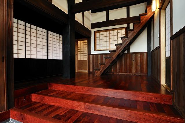 かりんの床板が映える玄関。腰壁杉板、上部漆喰。