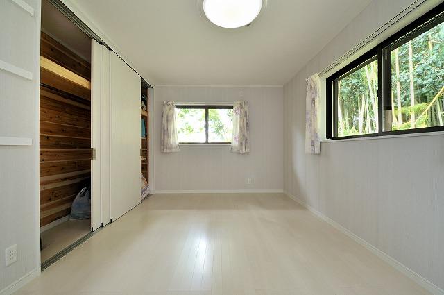 洋室(3)白が基調の床壁(収納は杉無垢板)