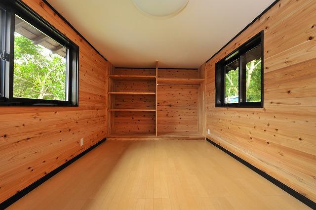 洋室(4)杉無垢板の壁(棚は杉集成材)