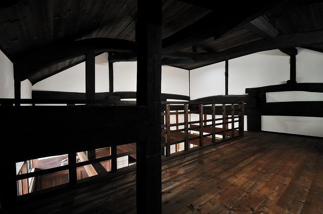 ロフト、天井は杉合決り、壁は漆喰仕上げ